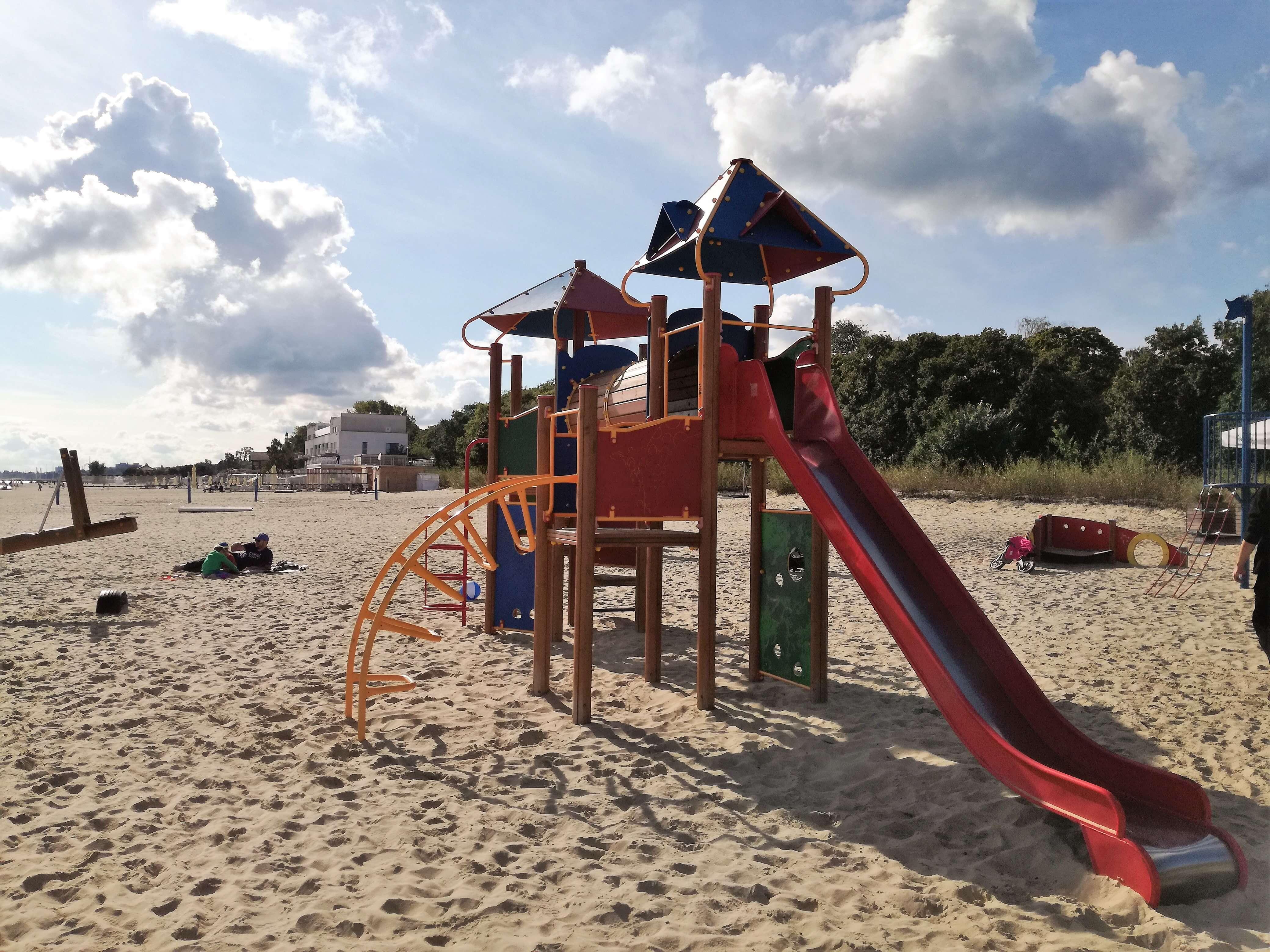 Plac zabaw na plaży Sopot 2_atrakcje dla dzieci Sopot - rodzinnykompas.pl